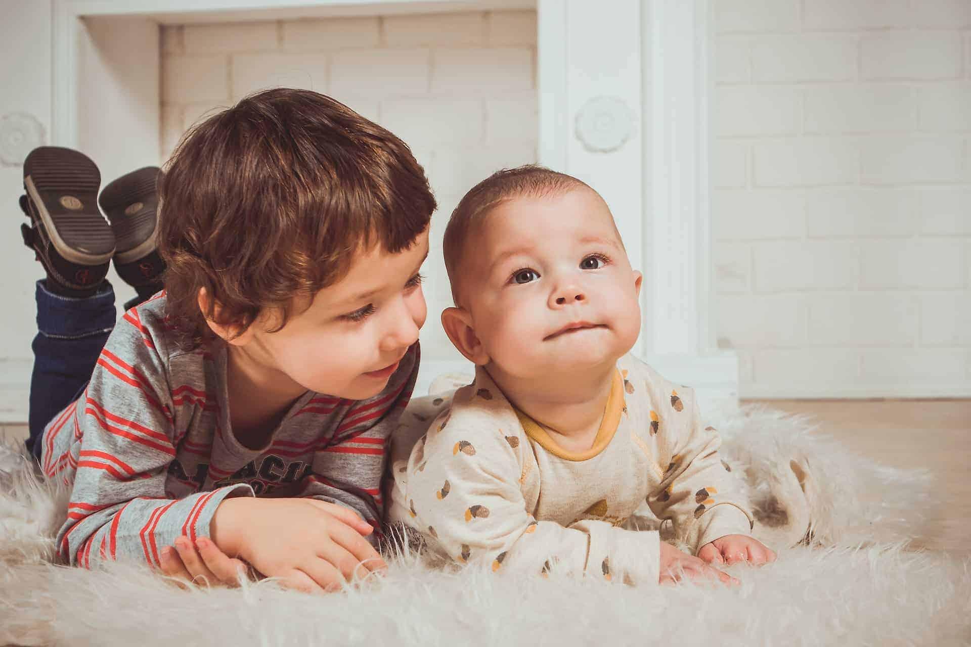 dječak i beba